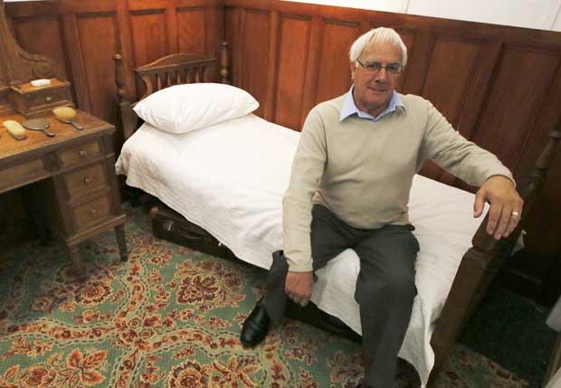 Robert Burr, de Southampton, cujo avô era criado de mesa no Titanic e faleceu no naufrágio. Aqui, numa réplica das cabinas do malogrado navio