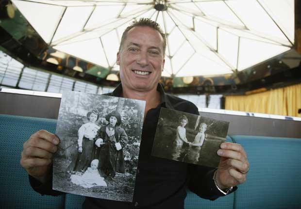Rick Noble, de Austin (Texas), posa com fotos da avó e de um primo, falecidos no naufrágio do Titanic.