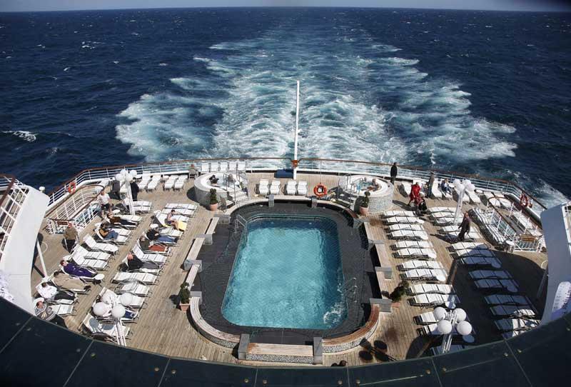 De vez em quando, a vida normal de qualquer cruzeiro: passageiros aproveitam o sol e a piscina do MS Balmoral