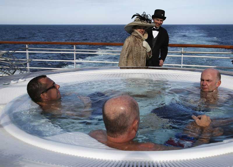 Jacuzzi em alto mar. Ao fundo, um casal canadiano vestido como há um século