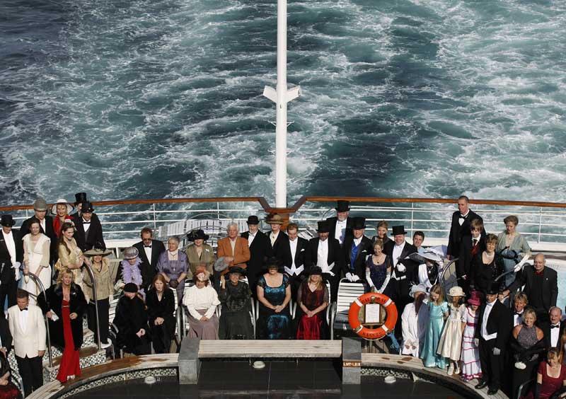 Foto de grupo dos passageiros, vestidos a rigor como no início do séc. XX