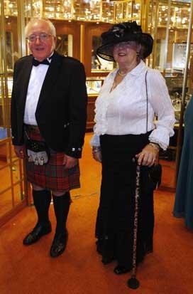 Um casal britânico posa antes de uma recepção