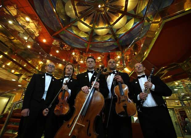 E a banda continuou a tocar, reza a lenda. Aqui, o quinteto belga Grupetto, que actuou numa cerimónia de homenagem às vítimas do naufrágio. A cerimónia decorreu no ponto do afundamento