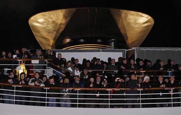 Durante um serviço religioso em homenagem às vítimas do naufrágio, no ponto onde o navio afundou