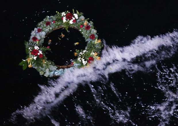 Uma coroa de flores em homenagem às vítimas do naufrágio