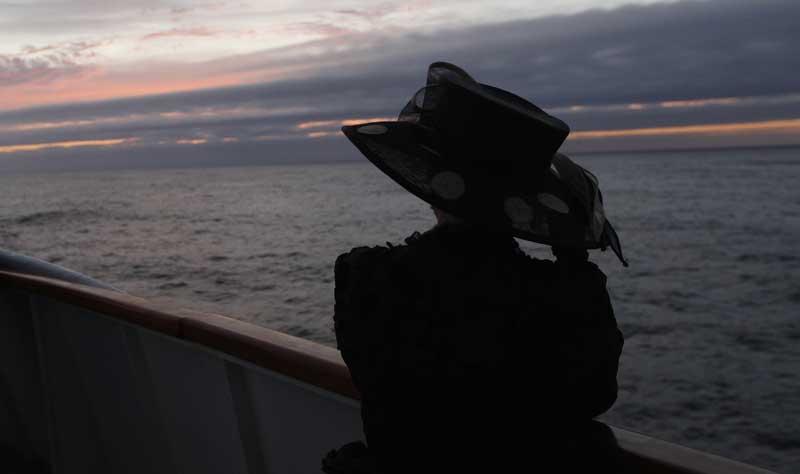 A australiana Helena Beaumont-Jones observa o mar ao pôr-do-sol no momento em que o navio passa o ponto em que naufragou o Titanic