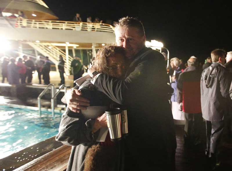 Um abraço após a cerimónia de homenagem às vítimas do naufrágio