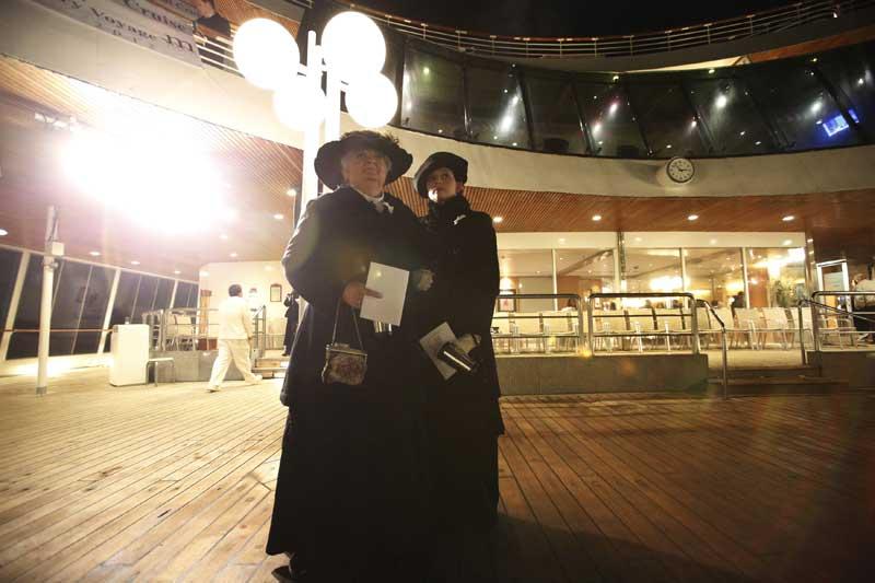 Duas passageiras americanas observam o mar após a cerimónia no ponto em que o Titanic naufragou