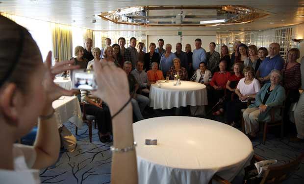 Foto de grupo de descendentes de sobreviventes e vítimas do naufrágio durante um encontro informal a bordo do