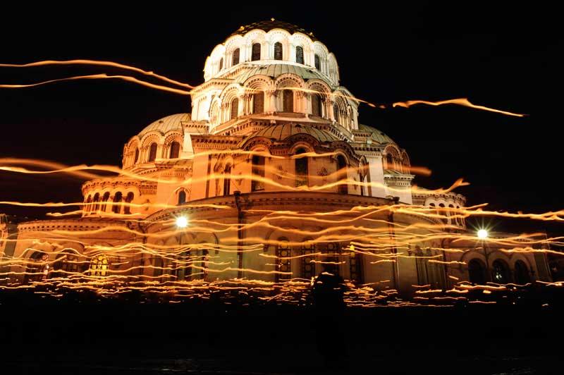 BULGÁRIA, 14.04.2012. Ondas de luz provocadas pelas velas dos fiéis nas celebrações da Páscoa em redor da catedral Alexander Nevski em Sofia