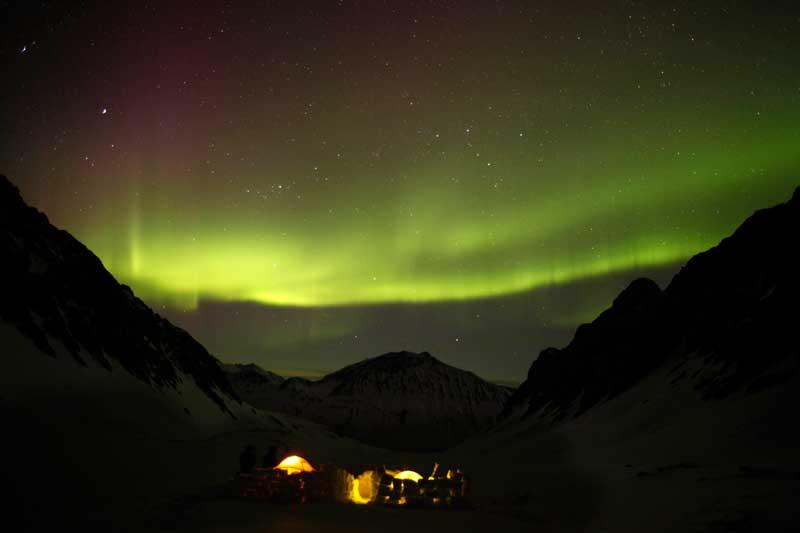 EUA, 21.04.2012. Aurora borealis sobre um acampamento na neve das montanhas Chugach, perto de Valdez, a leste de Anchorage, Alasca