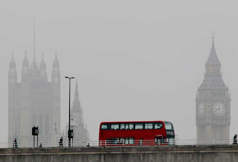 REINO UNIDO, 13.04.2012. Um autocarro cruza a ponte de Waterloo durante uma londrina manhã de nevoeiro.