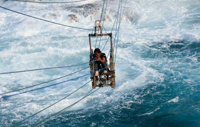 INDONÉSIA, 19.04.2012. O pescador Siswanto no seu