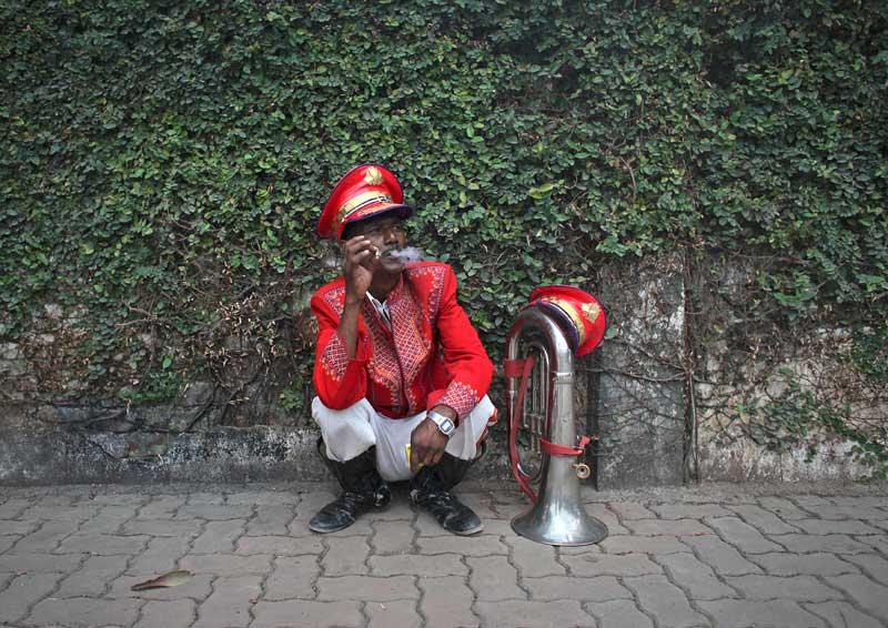 ÍNDIA, 23.04.2012. Momento de descanso para o membro de uma banda de acompanhamento de um casamento. Em Bombaim (Mumbai)
