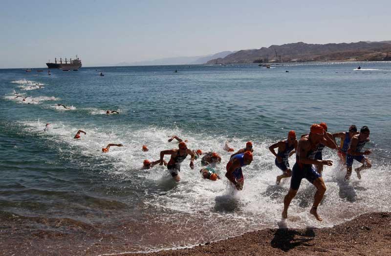 ISRAEL, 21.04.2012. Em fuga do Mar Vermelho. Durante uma prova dos campeonatos europeus de tritatlo em Eilat