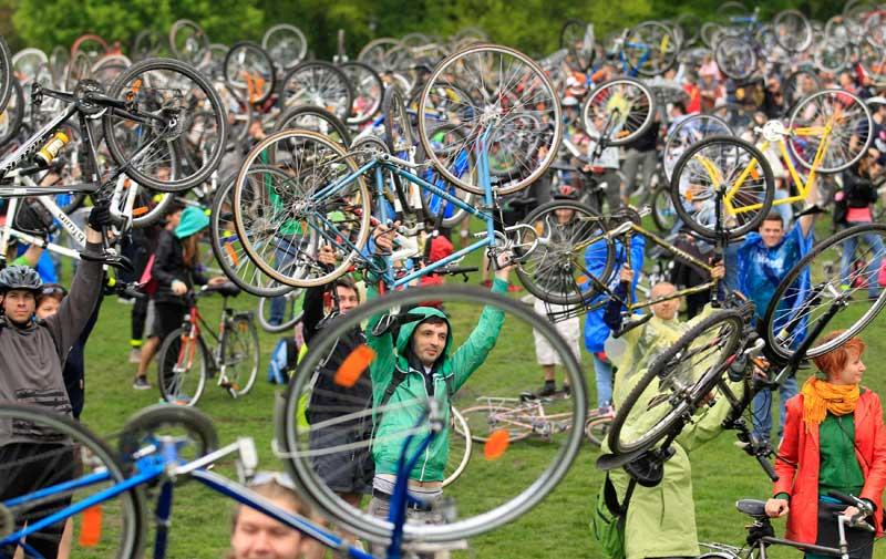 HUNGRIA, 22.04.2012. Milhares de ciclistas celebram o Dia da Terra em Budapeste