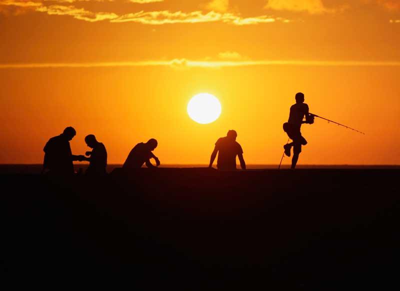 CUBA, 28.04.2012. Pescadores ao pôr-do-sol na avenida El Malecón, coração de Havana