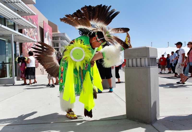 EUA, 28.04.2012. Um dançarino faz os seus alongamentos na rua, em Albuquerque. Prepara-se para participar no Gathering of Nations, um dos maiores encontros das tribos nativas do território norte-americano.