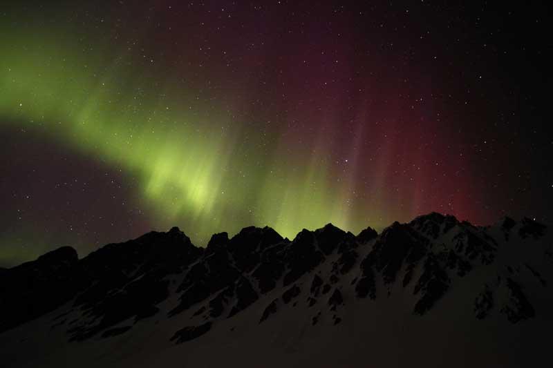 Aurora Boreal sobre um acampamento nas nevadas montanhas de Chugach, perto de Valdez, Alasca,  EUA (21.04.2012)