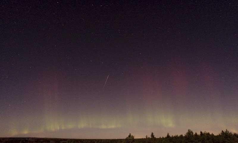 Dois-em-um: Estrela cadente em aurora boreal perto de Skekarsbo no parque nacional de   Farnebofjardens, Suécia (08.10.2011)