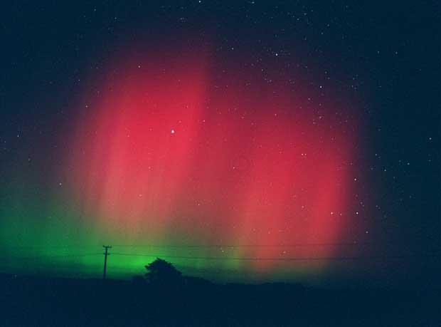 Aurora Austral sobre Glenn Ourua, Nova Zelândia (01.04.2001)