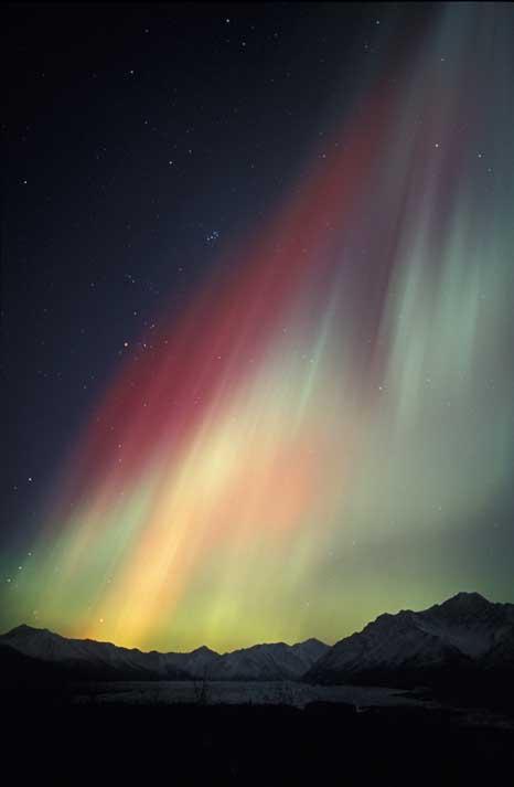 Aurora Boreal vista à volta da meia-noite no Alasca (30.10.2003), sobre o glaciar de Matanuska.