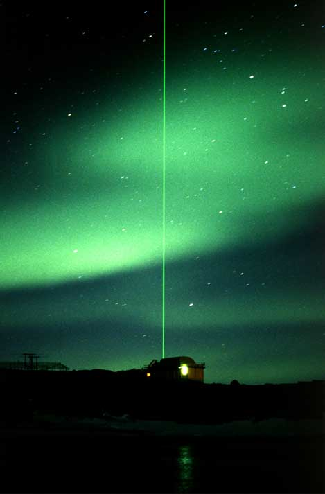 Aurora Austral com raio luminoso (do LIDAR - Complex Light Detection and Ranging - na estação de Davis, na Antárctida - o LIDAR é um sistema que mede distâncias através do seu feixe luminoso).