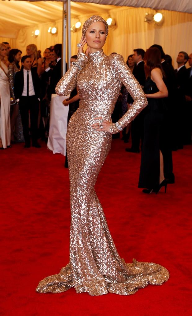 A modelo Karolina Kurkova num vestido de lantejoulas douradas de Rachel Zoe com turbante a condizer