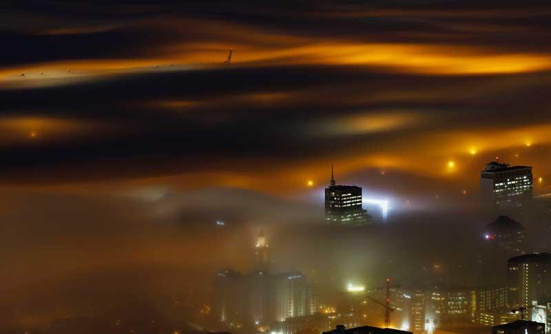 ÁFRICA DO SUL, 08.05.2012. Uma longa exposição permitiu esta imagem onírica do porto da Cidade do Cabo sob nevoeiro no início do Inverno do Hemisfério Sul.