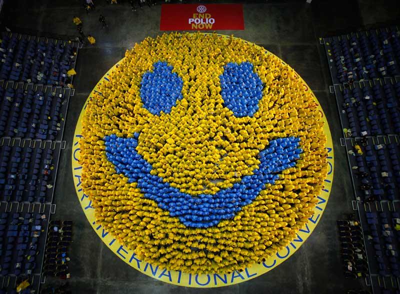 TAILÂNDIA, 07.04.0212. Em Banguecoque, membros da convenção Rotary Internacional juntaram-se para formarem o maior sorriso do mundo. O sorriso tem duas vertentes: celebra a angariação de 200 milhões de dólares em prol da erradicação da Pólio e agredece à Tailândia a boa recepção (o slogan tailandês é
