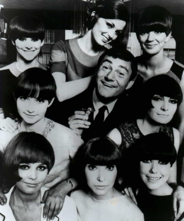 Vidal Sassoon rodeado por modelos com os seus cortes de cabelos nos anos de 1960