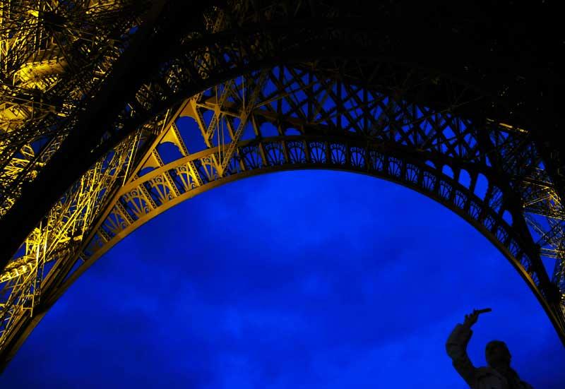 FRANÇA, 8.05.2012. Para os lados da Torre Eiffel, há sempre mais uma foto a tirar