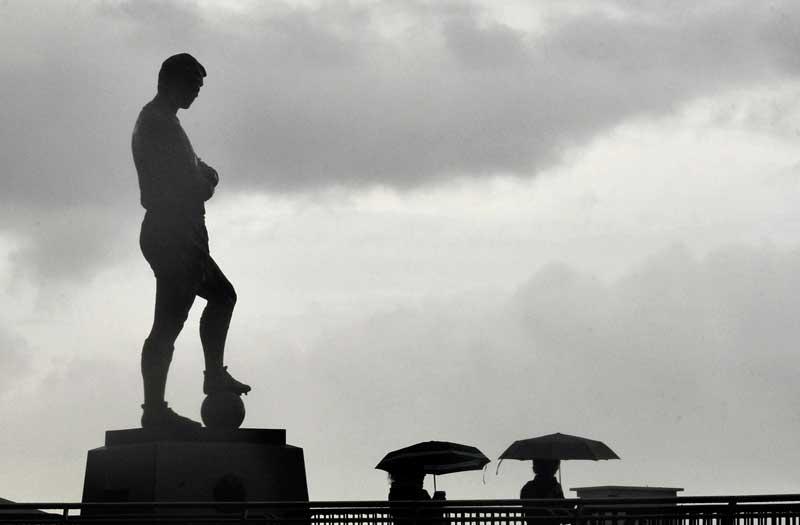 REINO UNIDO, 11.05.2012. Dia chuvoso em Londres com estátua de um herói britânico do futebol,  Bobby Moore, ao estádio de Wembley
