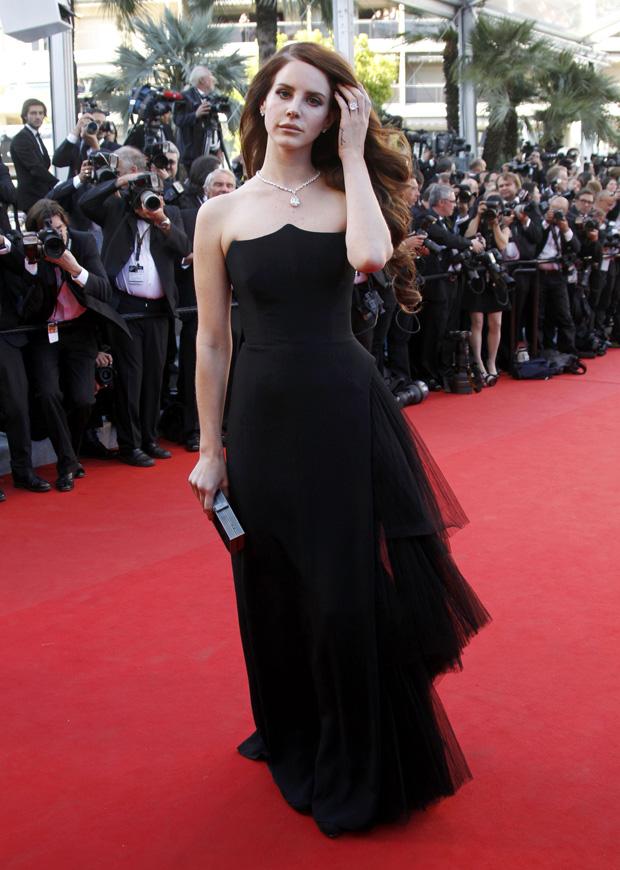 A cantora Lana Del Rey num vestido de Alberta Ferretti