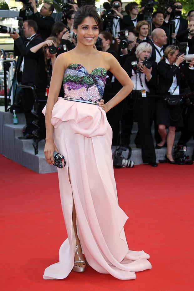 A actriz Freida Pinto usou um vestido do criador Michael Angel