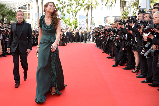 A modelo Charlotte Casiraghi chega à passadeira vermelha do festival usando uma criação Versace