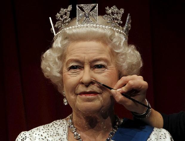REINO UNIDO, 14.05.2012. A maquilhagem da rainha. No caso, da estátua de cera de Isabel II, actualizada no Madame Tussauds a tempo do Jubileu de Diamante de Sua Majestade