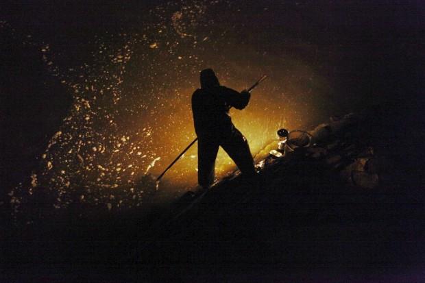 EUA, 16.05.2012. Um pescador usa a sua rede para pescar jovens enguias em Portland, Maine, um petisco cujo preço não tem parado de subir