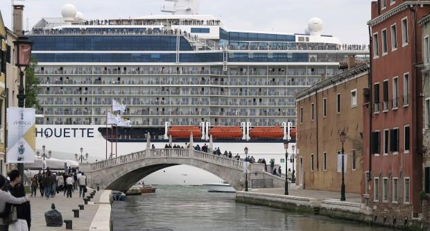 ITÁLIA, 19.05.2012. O gigante Celebrity Silhouette SM, um arranha-céus marítimo em Veneza