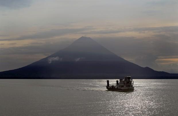 NICARÁGUA, 23.05.2012. Um ferry cruza o lago Cocibolca Lake na ilha Ometepe