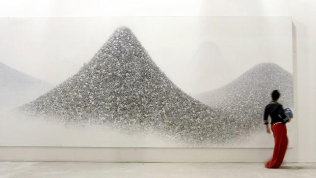 UCRÂNIA. Uma imagem dada a ilusões: a visitante de uma exposição da primeira bienal de arte de Kiev admira a obra
