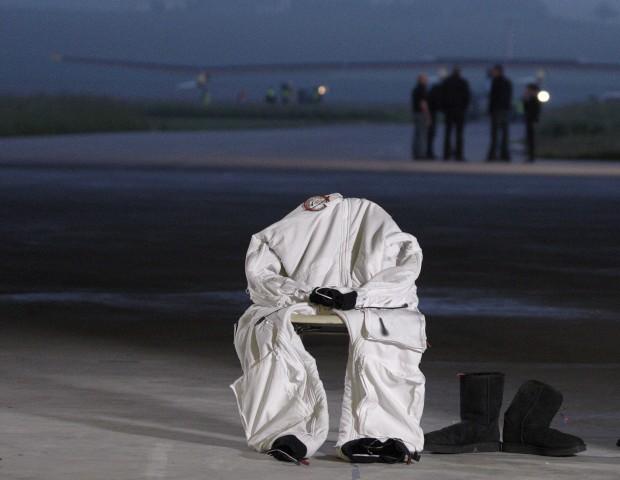 SUÍÇA, 24.05.2012. O fato de Andre Borschberg, piloto do avião solar, o Solar Impulse, antes de levantar voo do aeroporto de Payerne rumo a Madrid, primeira passagem para um voo, só usando energia solar, até Marrocos