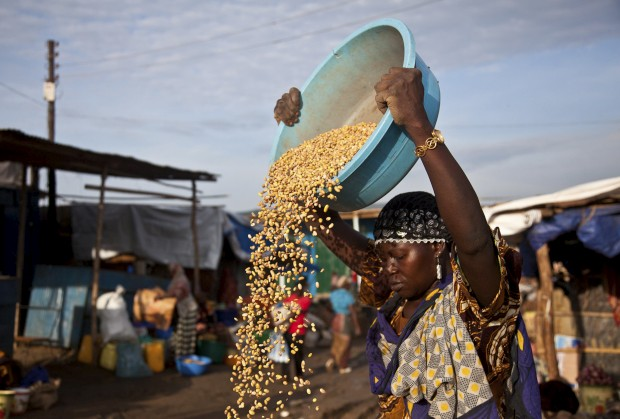 SUDÃO DO SUL, 28.05.2012. No mais novo país do mundo, a vida parece ser cada vez mais difícil. Aqui, uma mulher prepara a sua loja de rua num mercado de Juba