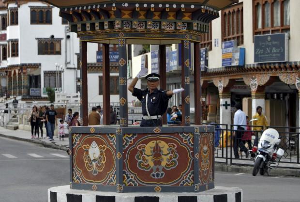 BUTÃO, 21.05.2012. Um polícia de trânsito em Thimphu, capital do país