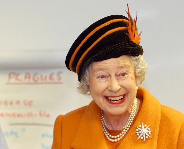 A rainha Isabel II em 2003, durante uma visita à Royal Veterinary College