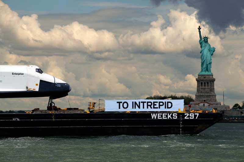EUA, 06.06.2012. A Space Shuttle Enterprise passa a Estátua da Liberdade, no porto de Nova Iorque