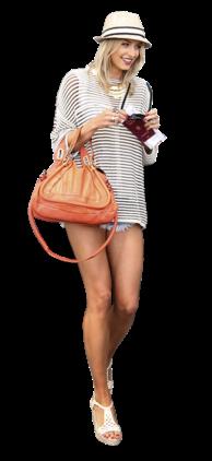 Lena Gercke, namorada do alemão Sami Khedira, acertou em cheio com um coordenado que exibe as suas longuíssimas pernas. A alemã escolheu uma blusa e uns confortáveis calções de ganga que soube combinar com os acessórios certos. O chapéu, a mala, o colar e as sandálias de cunha são pormenores que acrescentam cor e personalidade a um pacote já de si muito completo.
