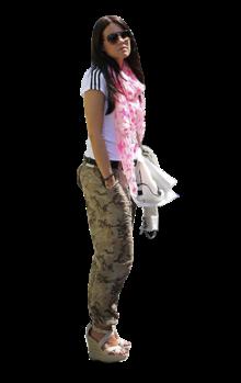 A namorada do alemão Marcel Schmelzer marcou presença no jogo da Alemanha frente a Portugal e deu nas vistas pelas piores razões. A escolha de Jenny bem podia ser a de uma adolescente da década de 1990. Poucas peças de roupa combinam com umas calças de padrão camuflado, mas um lenço cor-de-rosa cheio de estrelas não é, com certeza, uma delas.
