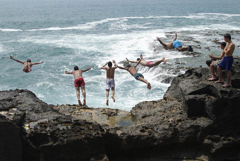 Líbano, 17.06.2012. Um grupo de rapazes mergulha no Mediterrâneo que banha a cidade costeira de Sídon