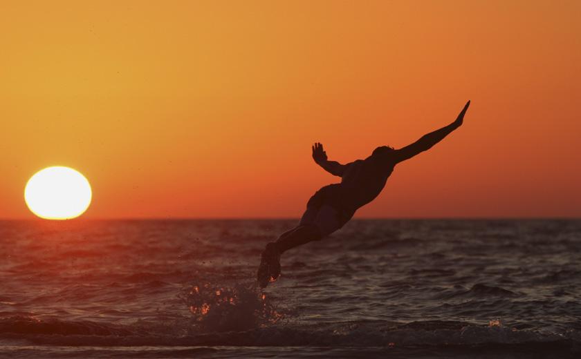 Líbia, 13.06.2012. Um homem mergulha ao largo de Benghazi
